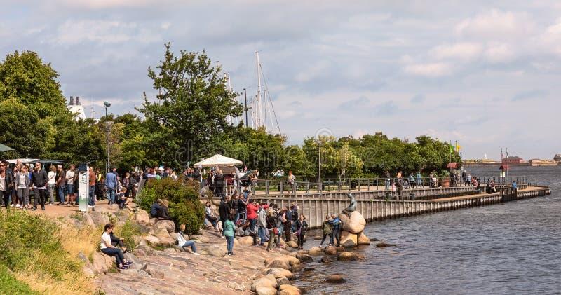 Touristes visitant la petite sirène, l'icône de Copenhague image stock