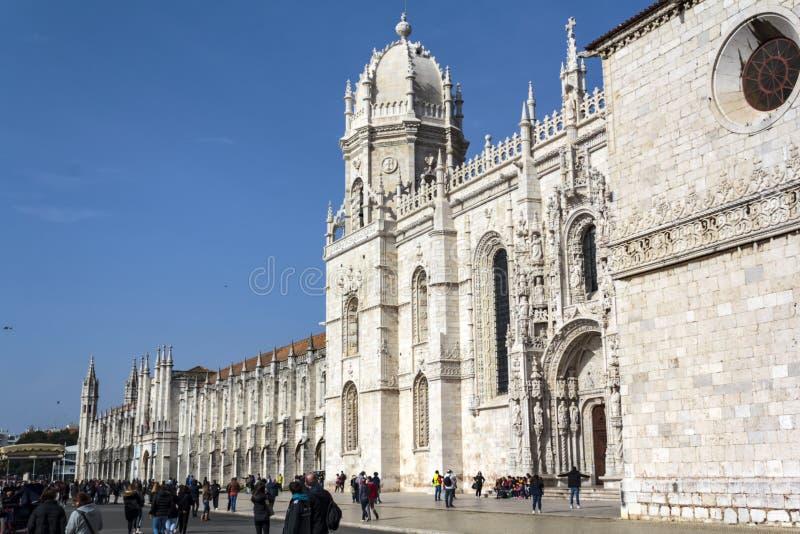 Touristes visitant le monastère de Jeronimos situé à Lisbonne photo libre de droits