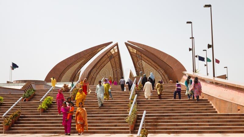 Touristes visitant le monument du Pakistan à Islamabad images stock