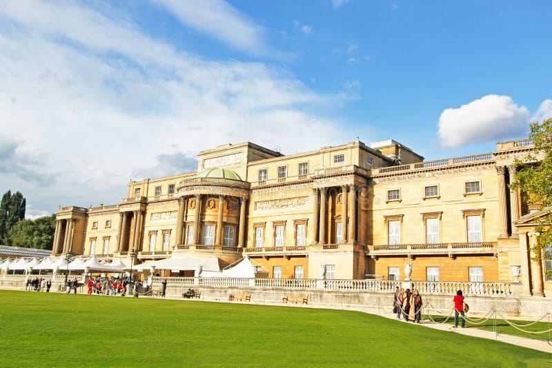 Touristes visitant le Palais de Buckingham et le jardin à Londres, R-U photo libre de droits