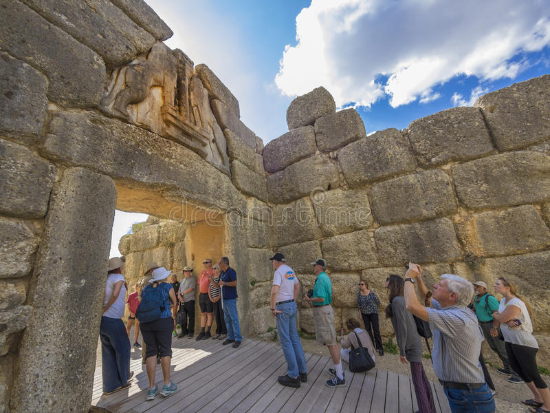 Touristes visitant le pays à la porte du lion, Mycenae, Grèce images libres de droits