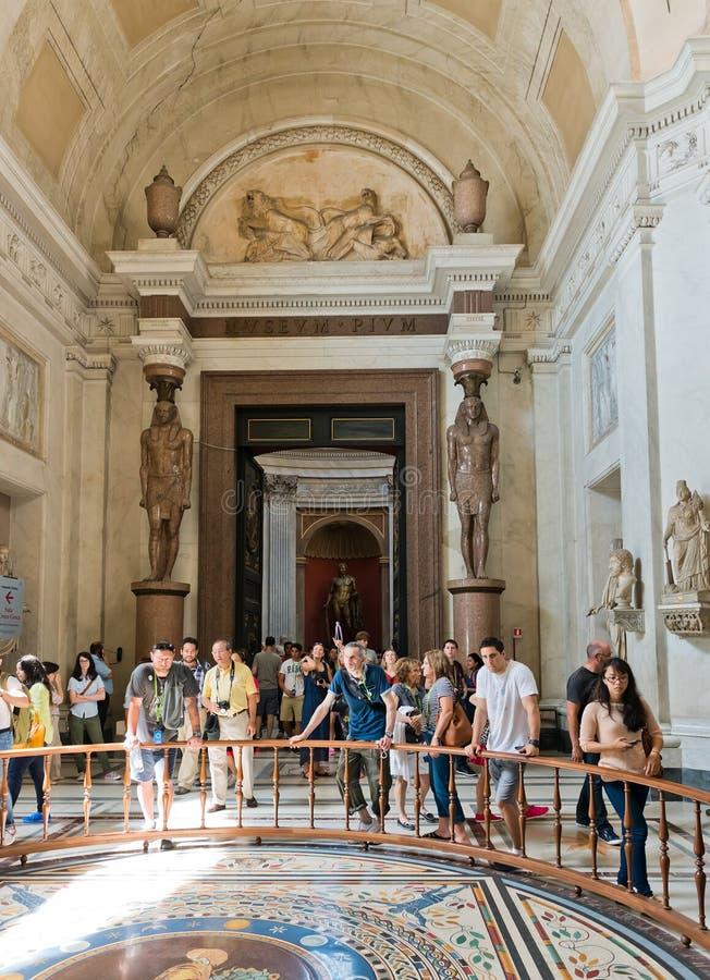 Touristes visitant un des halls des musées de Vatican dans la ROM image libre de droits