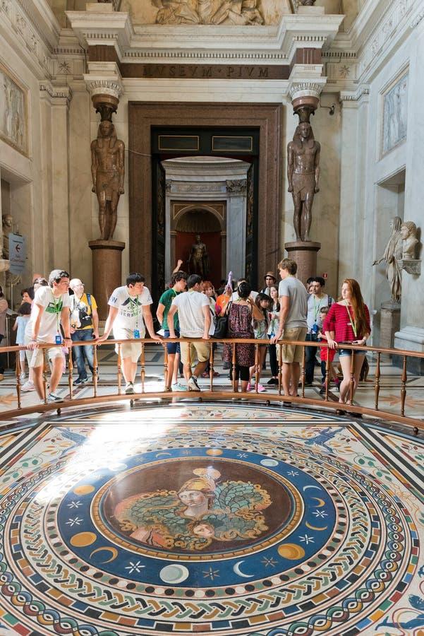 Touristes visitant un des halls des musées de Vatican dans la ROM photos stock