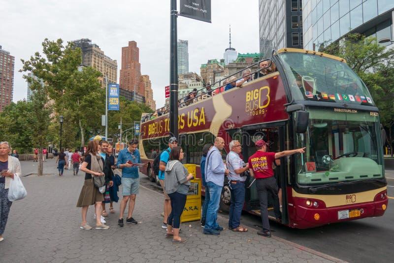 Touristes voyant les vues de la ville sur l'autobus guidé photographie stock libre de droits