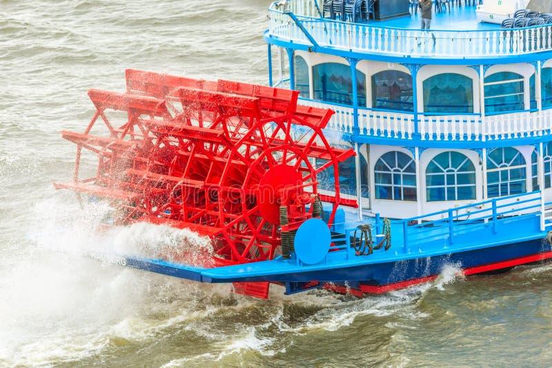 Touristic корабль для осмотра достопримечательностей в Гамбурге, Германии Миссиссипи сформировала шлюпки известные достопримечате стоковая фотография rf