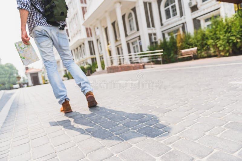 Touristic молодой человек идя в город стоковая фотография