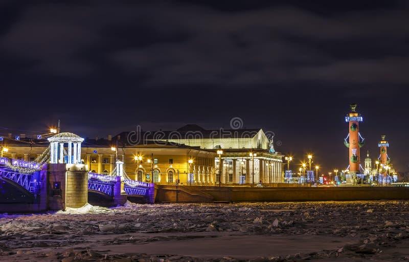 Touristic ориентир в Санкт-Петербурге, России: вертел острова Vasilievsky загоренный к ночь зимы с историческим стоковые изображения