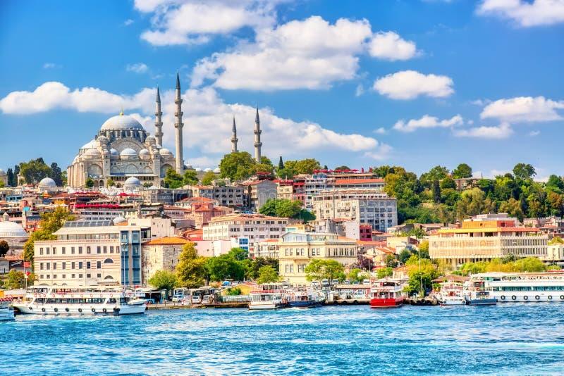 Touristic осмотр достопримечательностей корабли в золотом заливе рожка Стамбула и взгляда на мечети Suleymaniye с районом Sultana стоковая фотография