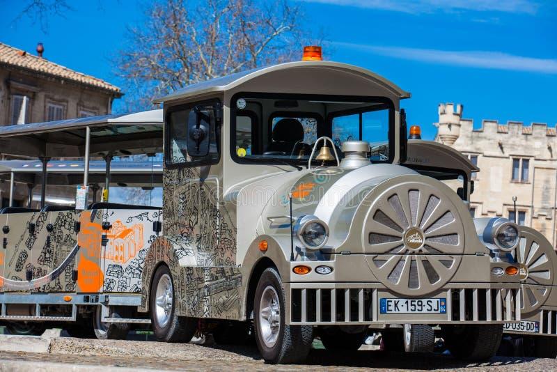 Touristic поезд на квадрате под дворцом Пап в Авиньоне стоковое изображение
