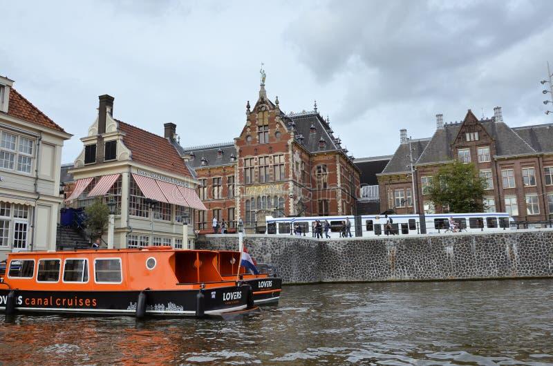 Touristic шлюпки круиза в канале в Амстердаме стоковое изображение rf