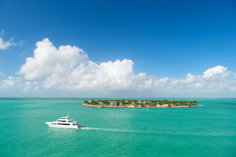 Touristic яхты плавая зеленым островом на Key West, Флориде стоковые изображения rf