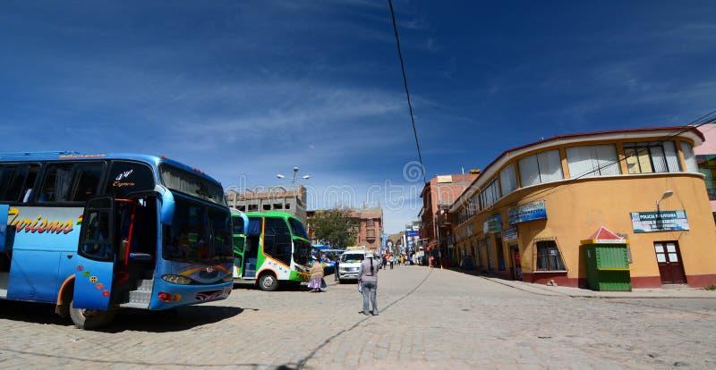Touristic bussar i stadmitten copacabana Lake Titicaca _ royaltyfri fotografi