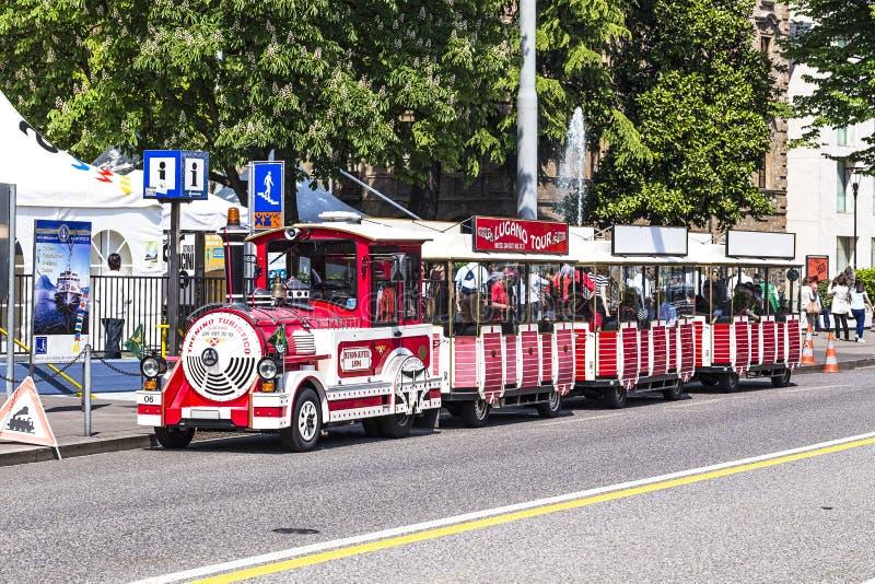 Touristic drev i Lugano väntande på turister arkivbild