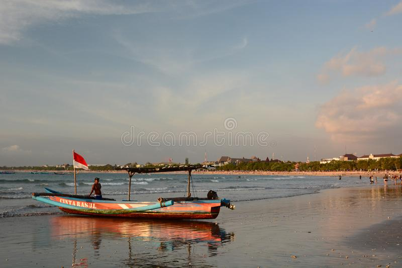 Touristic fartyg på stranden på solnedgången Kuta _ Indonesien arkivfoton