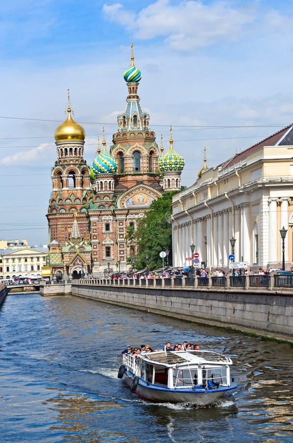 Touristic fartygkyrka av frälsaren på Spilled blod, St Petersburg, Ryssland royaltyfria foton