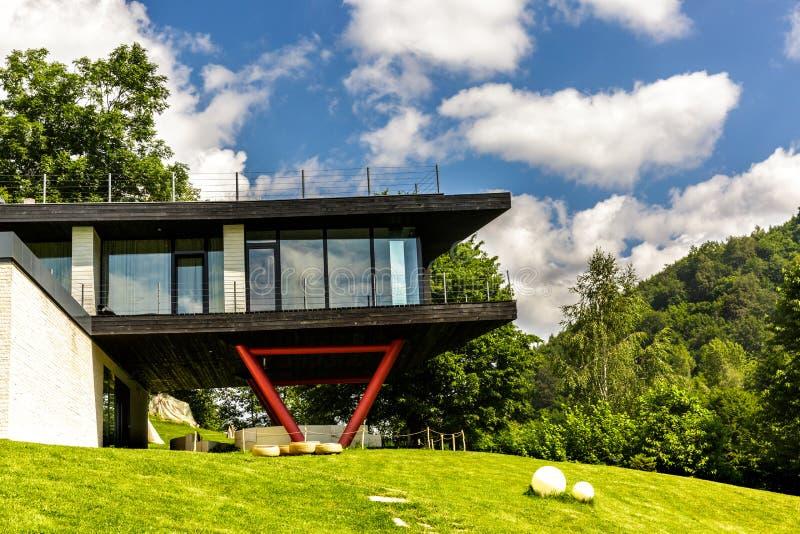 Touristic huspension för berg arkivbild