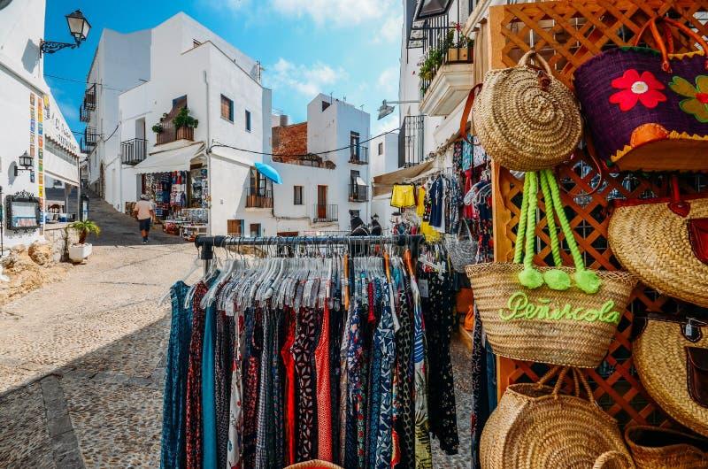 Touristic shoppar i den historiska mitten av Peniscola, Castellon, Spanien, en berömd medeltida bergstoppet stad, som är också a royaltyfria bilder
