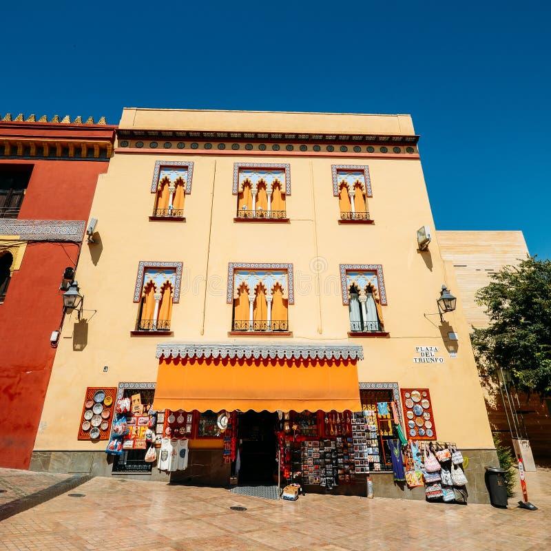Touristic shoppar sälja souvenir på en presentaffär nära Mezquitaen - Catedralen, Cordoba, Andalucia, Spanien arkivfoto