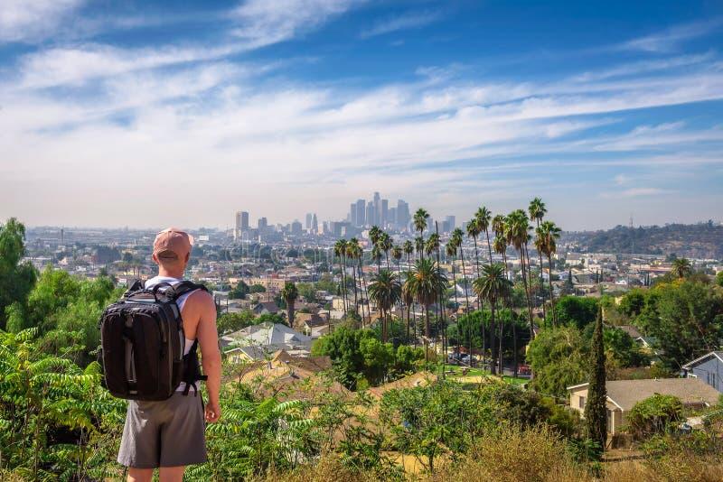 Touristisch, das im Stadtzentrum gelegene Panorama von Los Angeles betrachtend lizenzfreie stockbilder