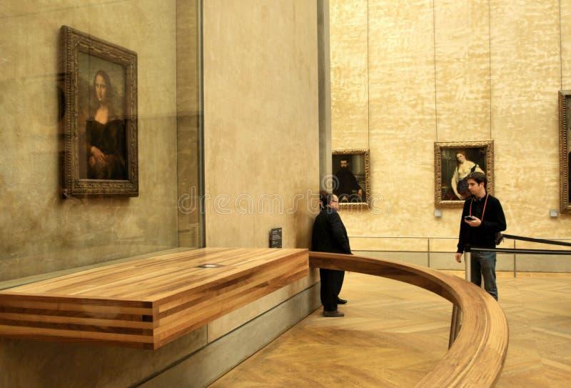 Touristisch, die Mona Lisa im Luftschlitz bewundernd lizenzfreies stockfoto