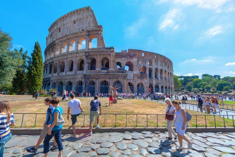 Touristisch, Spaß um Colosseum in Rom habend stockbild