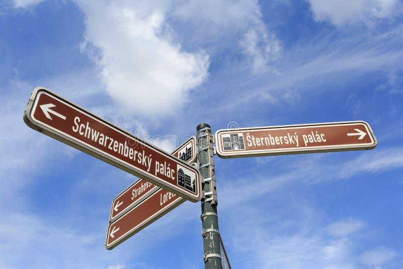 Touristisch unterzeichnen Sie herein Prag lizenzfreie stockfotografie