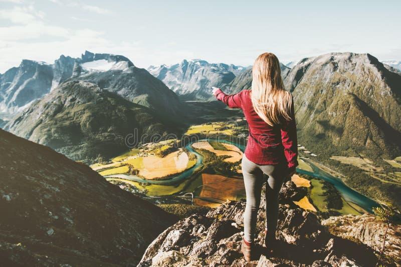 Touristische alleinstellung der Frau auf Klippenantennenbergen lizenzfreies stockbild
