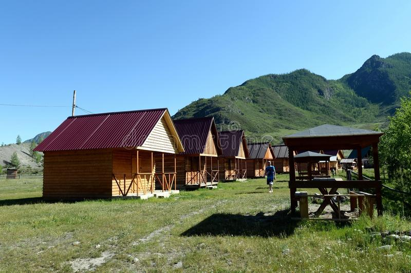 Touristische Basis auf den Banken des Gebirgsflusses großes Yaloman Altai-Republik lizenzfreie stockfotografie