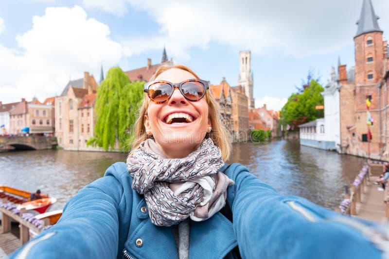 Touristische Besichtigung Brügge, Belgien der Frau stockfotografie