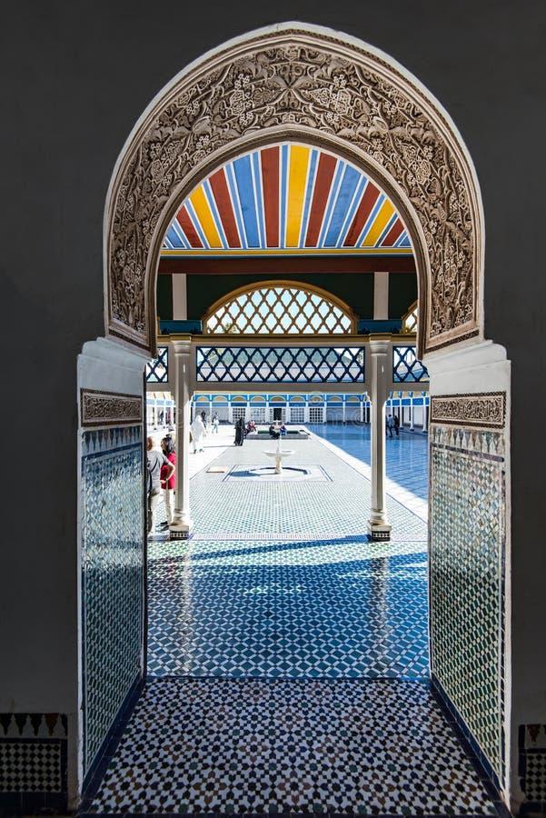 Touristische Besuchs-Bahia Palace in Marrakesch, Marokko stockfotos