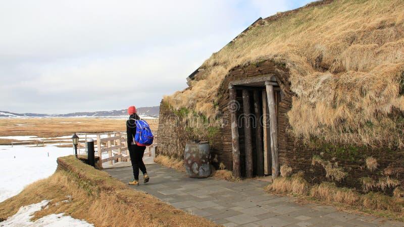 Touristische Betrachtenwinter-Landschaften und kleines Dorf lizenzfreie stockfotos