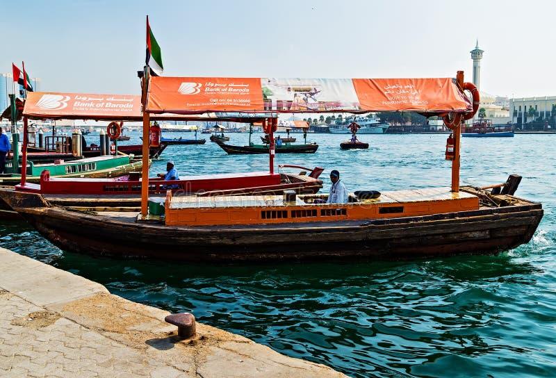 Touristische Boote abra auf Kanal alte Stadt Dubais, UAE lizenzfreie stockfotografie