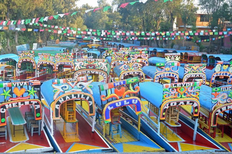 Touristische Boote bei Xochimilco lizenzfreies stockbild