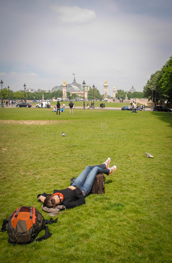 Touristische Entspannung auf dem Gras in Paris stockbild