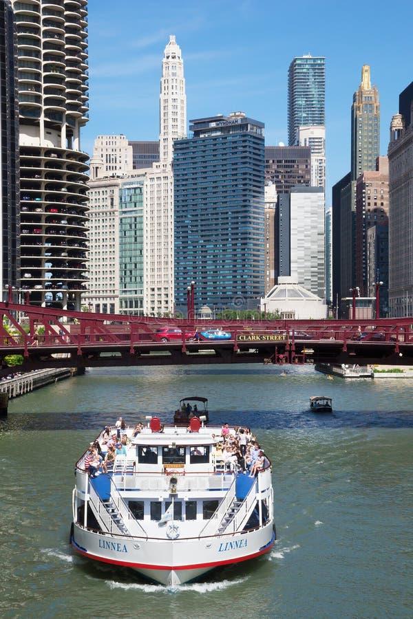 Touristische Fähre auf Chicago River stockfoto