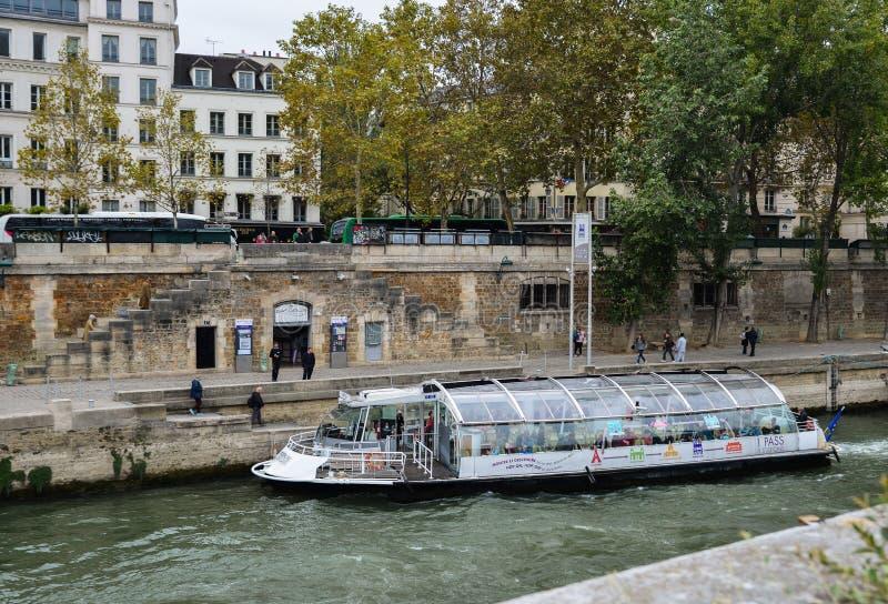 Touristische Fähre, die hinunter die Seine segelt stockbilder