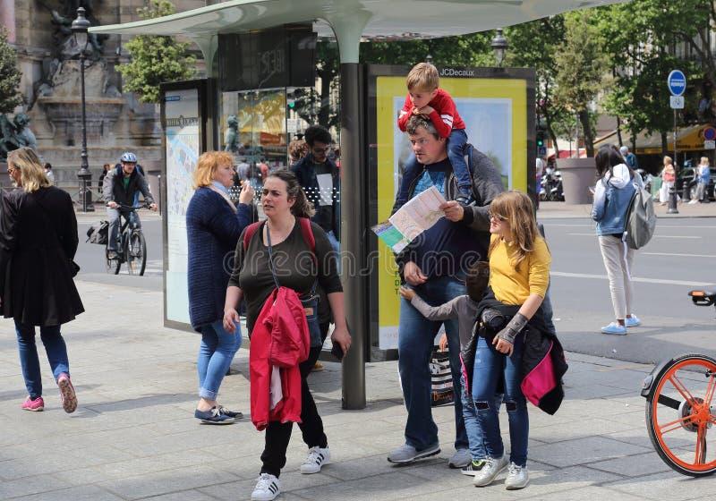 Touristische Familie in Paris, Frankreich stockfoto