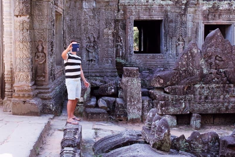 Touristische Fotografien ein Markstein an einem Handy Der Kerl macht Fotos mit einem Smartphone stockfotografie