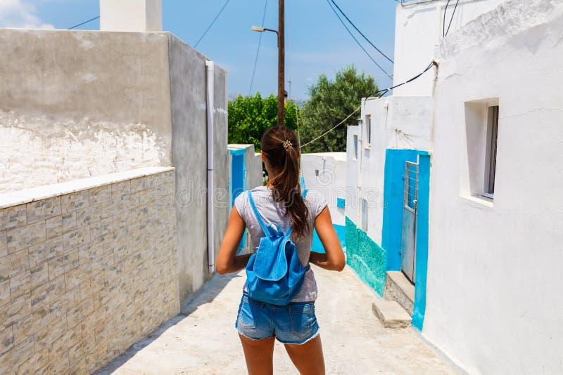 Touristische Frau in der szenischen alten Stadt Archangelos auf Rhodos-Insel, Dodecanese, Griechenland Sch?ne malerische alte wei lizenzfreie stockfotos