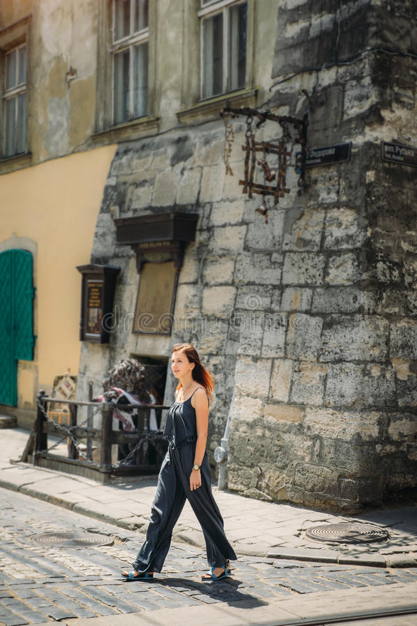 Touristische Frau, die auf historische Lvov-Straße geht stockbilder