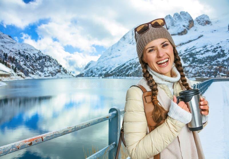 Touristische Frau mit Thermosflaschereisebecher im Winter draußen lizenzfreies stockfoto