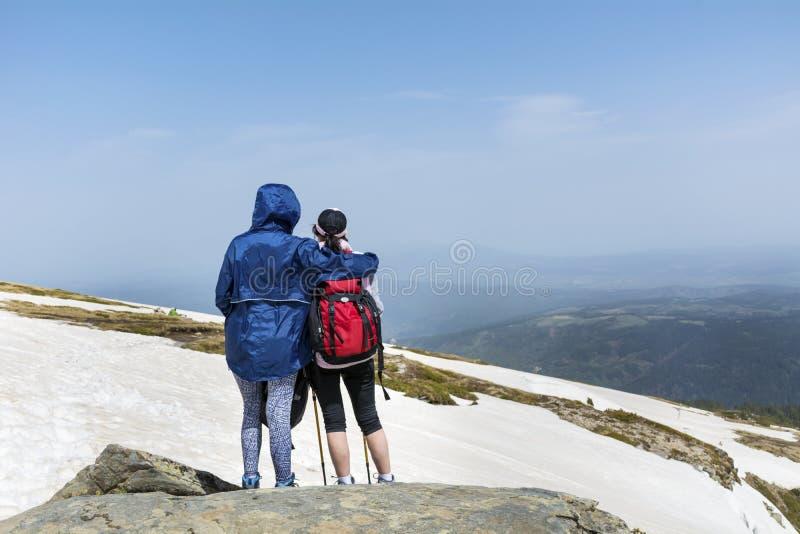 Touristische Frauen unterstützen herein in einem sonnigen Winterberg lizenzfreies stockfoto