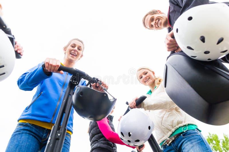 Touristische Gruppe, die Segway-Ausflug geführt wird stockbilder