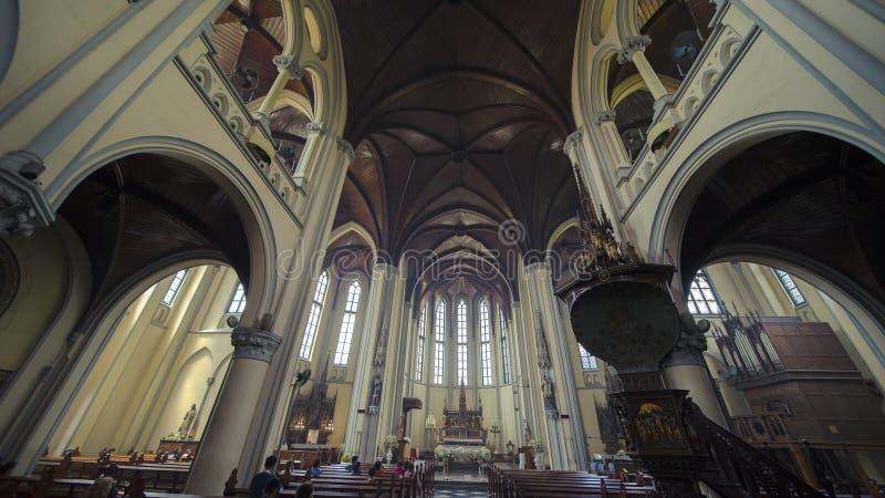 Touristische Leute, die Roman Catholic Cathedral besuchen stockbild