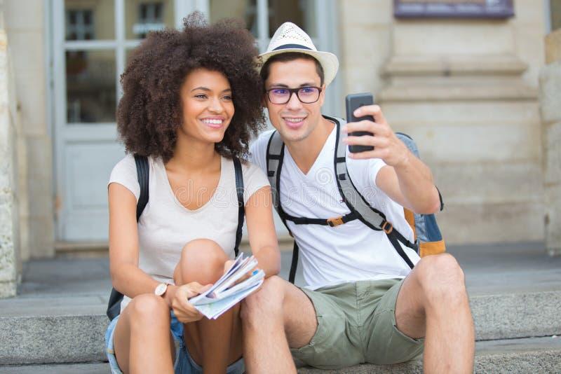 Touristische Paare, die selfie in der Stadtstraße nehmen stockfotos