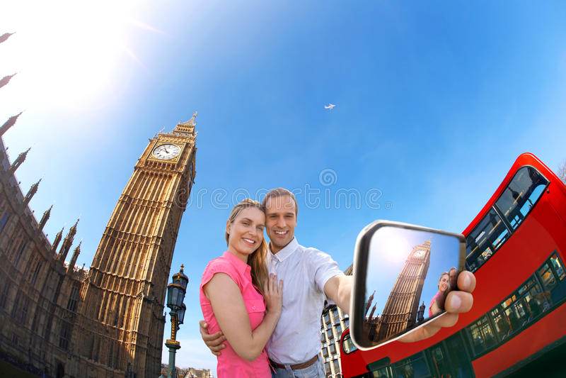 Touristische Paare, die selfie gegen Big Ben in London, England, Großbritannien nehmen stockfotos