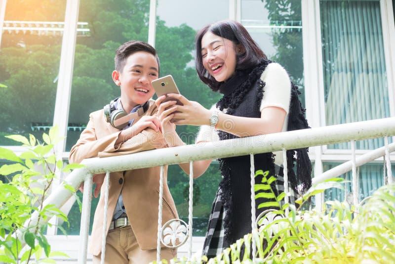 Touristische Paare mit der Karte, die nach einer Weise an der Stadt sucht lizenzfreie stockfotografie