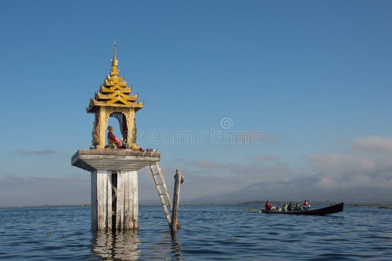 Touristische Reise durch das lokale Boot, zum des sich hin- und herbewegenden Dorfs von Intha-Leuten im Inle See von Shan-Staat v stockbild