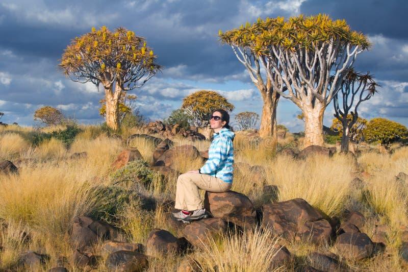 Touristische Reisen der Frau in Südafrika, Namibia lizenzfreie stockbilder