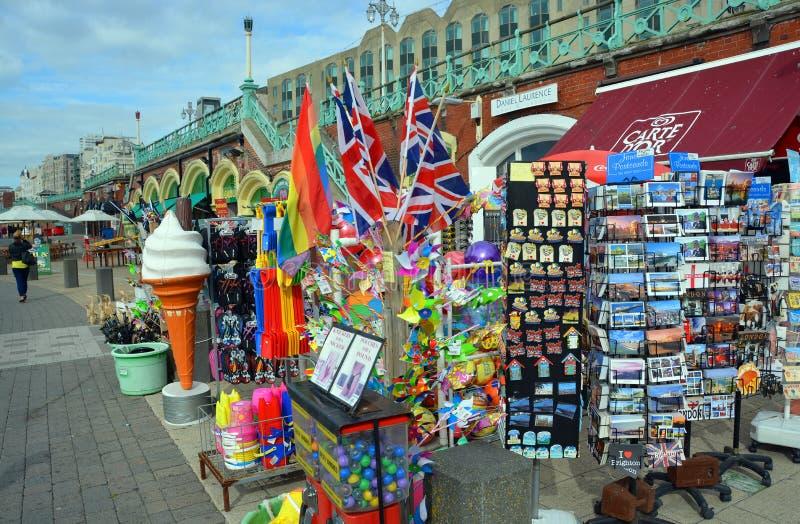 Touristische souvernirs für Verkauf auf Brighton Beach und Promenade stockbild